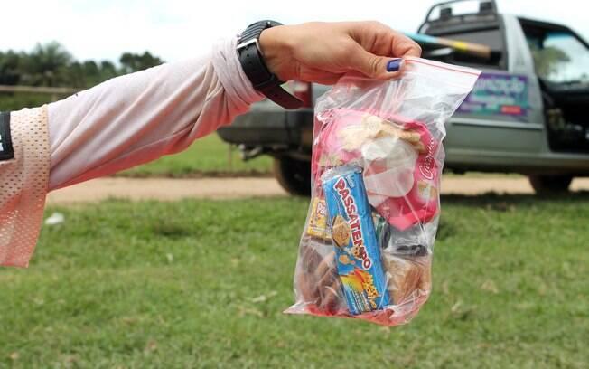 Comida é armazenada em saquinhos para não  molhar durante a prova