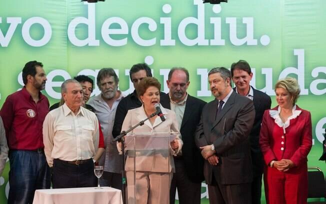 O ator José de Abreu no palanque da vitória de Dilma Rousseff entre políticos
