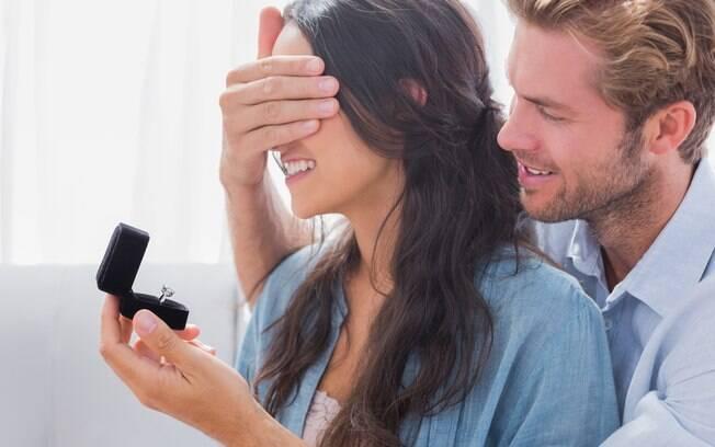 Após ser pedida em casamento, a mulher viu o anel de noivado pela primeira vez e não teve a melhor das reações