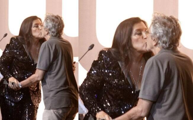 Regina Casé dá selinho em Caetano Veloso no palco da premiação