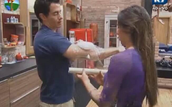 Felipe Folgosi coloca gelo no braço