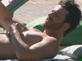 Marlon revela sobre sua vida sexual enquanto toma sol na fazenda