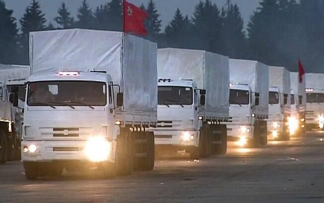 Comboio de caminhões brancos com ajuda humanitária deixa Alabino, nos arredores de Moscou, Rússia (12/08)