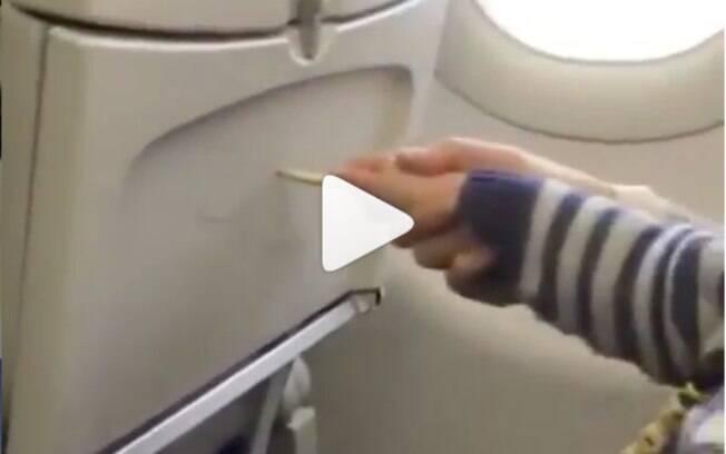 Um dos passageiros deste voo pegou uma mulher no flagra ajudando seu filho a vandalizar os assentos do avião
