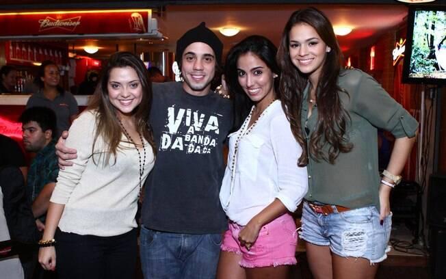 A aniversariante Polliana Aleixo com os amigos Binho Beltrão, Guga Sabatiê e Bruna Marquezine