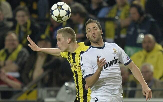 Bender e Higuain sobem para a disputa da bola  pelo alto