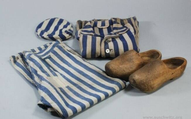 Típico uniforme usado por judeus no campo, com sapatos de madeira como calçados. Foto: Auschwitz-Birkenau State Museum