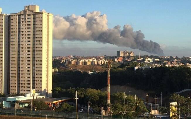 Incêndio em Salvador é de grandes proporções; as fumaças escuras podem ser vistas a distância, registram os internautas