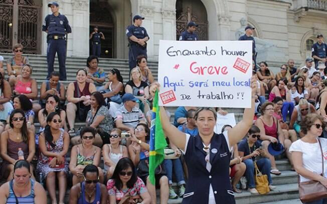 Servidores públicos fazem greve em Santos para reivindicar reajuste salarial