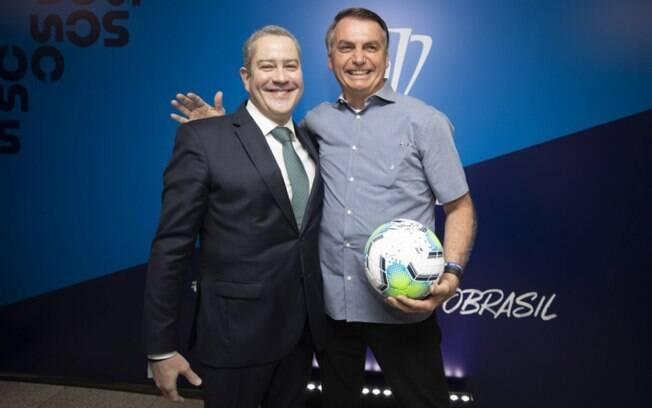 Bolsonaro posa ao lado de Rogério Caboclo, presidente da CBF