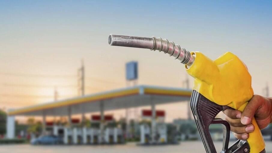 Preço da gasolina atinge níveis recorde e já ultrapassa R$ 7 o litro em várias regiões do Brasil