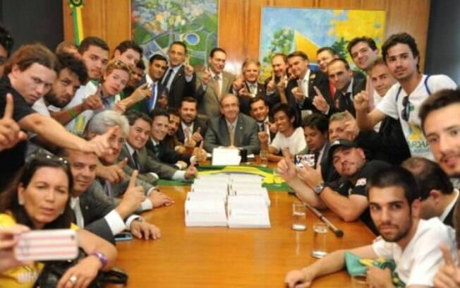 Em 2015, Kim Kataguiri teve a sua imagem ligada ao então presidente da Câmara, Cunha, após posar ao lado dele