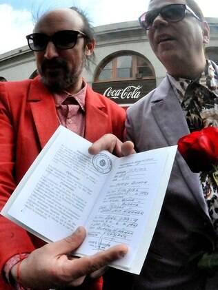 Rodrigo Borda e Sergio Miranda mostram certidão de casamento