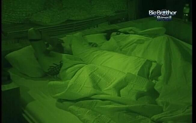 Laisa e Yuri reatam o romance e tudo volta ao que era antes. Os dois dividem a cama de casal do Quarto do Líder