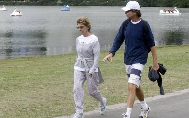 Marília Pêra e Bruno Faria se exercitam na Lagoa Rodrigo de Freitas