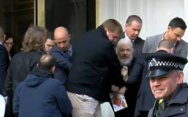 Julian Assange foi preso na embaixada do Equador em abril