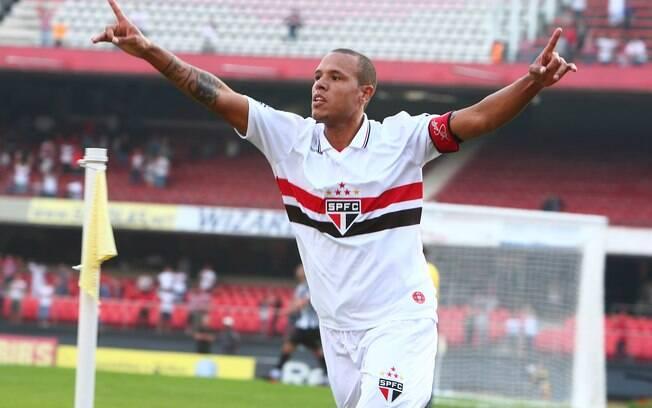 Luís Fabiano comemora primeiro gol da  partida