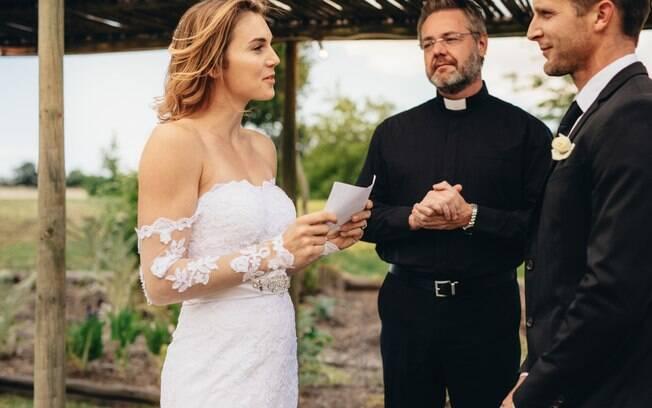 Na hora dos votos, noiva lê mensagens que revelam a traição do futuro marido e desmascara ele