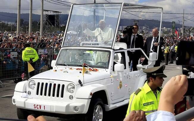 Se começasse uma confusão, o Papa poderia fugir pelo mato, fazendo trilha com o Jeep Wrangler.