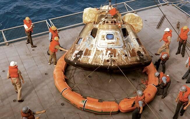 Após a reentrada na atmosfera, a cápsula de comando Columbia com os tripulantes pousa no Pacífico, onde é resgatada