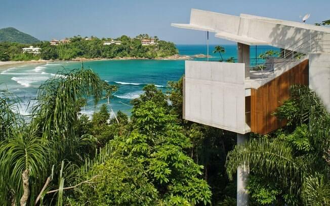 Na Praia do Tenório, um dos projetos que mais chama a atenção é a casa suspensa planejada por Ângelo Bucci para uma família da capital paulista