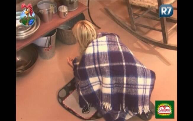 Monique Evans faz oração na varanda da Casa da Roça