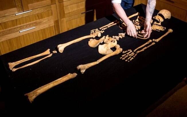 Esqueleto foi encontrado enquanto arqueólogos escavavam ao lado da torre