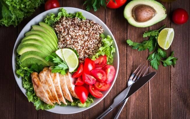 Pular alguma refeição não é indicado por especialistas e pode gerar até cansaço, efeito sanfona e mau humor