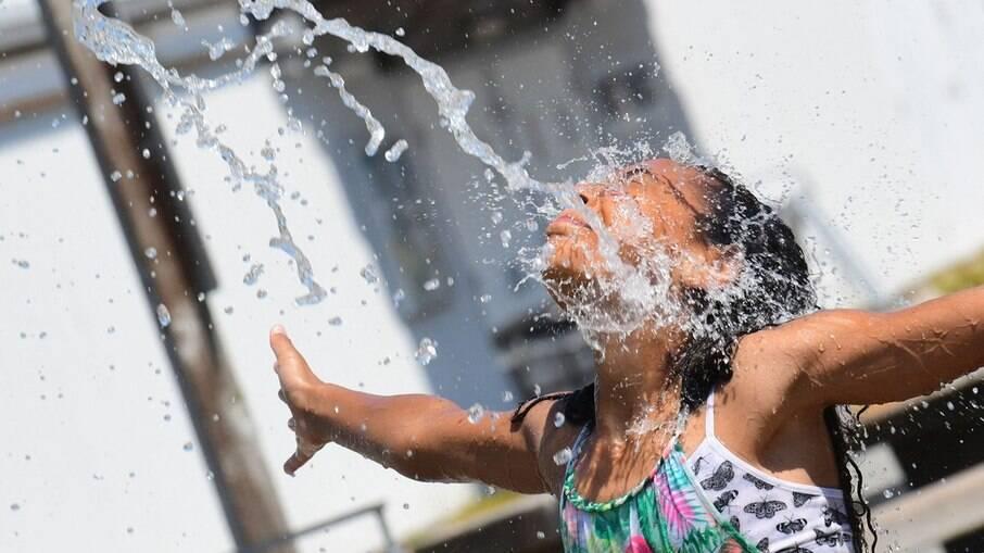 Crianças se refrescando no parque aquático comunitário em Richmond, na Colúmbia Britânica