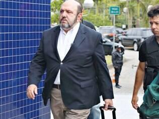 Presidente daconstrutoraUTCRicardo Pessoa, acompanhadopor agentes da PF, chega à sededaPolícia Federal, na zona Oestede São Paulo