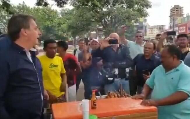 presidente jair bolsonaro conversa com vendedor de espetinho na rua