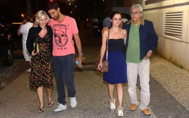 Paula Burlamaqui e Caetano Veloso acompanhados em peça