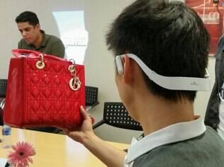 Acessório ajuda usuário a encontrar mais informações sobre uma bolsa, por exemplo, e envia para o smartphone até o link de compra