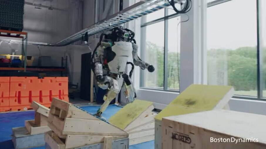 Robô salta sob obstáculos