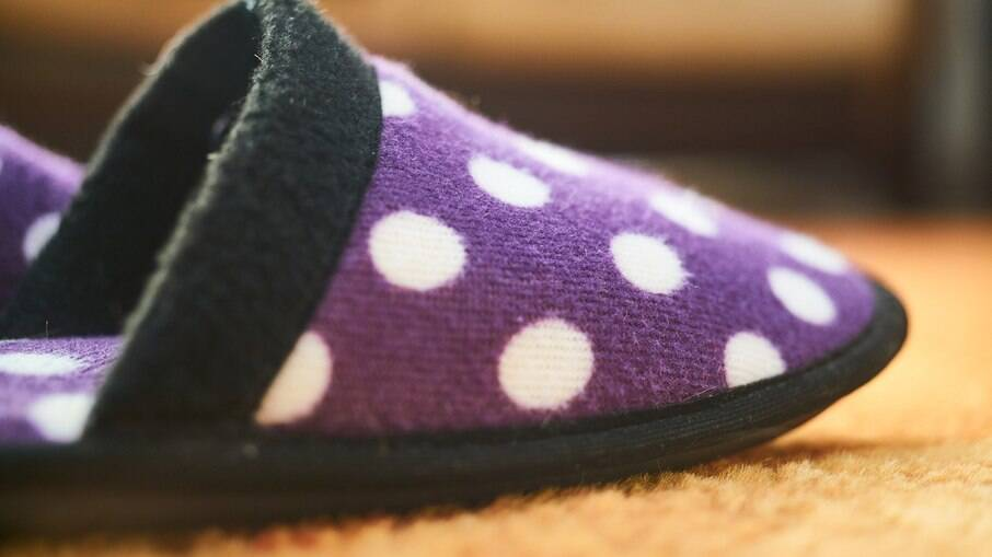 Confortáveis e aconchegantes, as pantufas são sinônimo de descanso para os pés