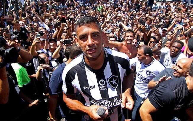 Diego Souza foi para a galera após ser apresentado pelo Botafogo