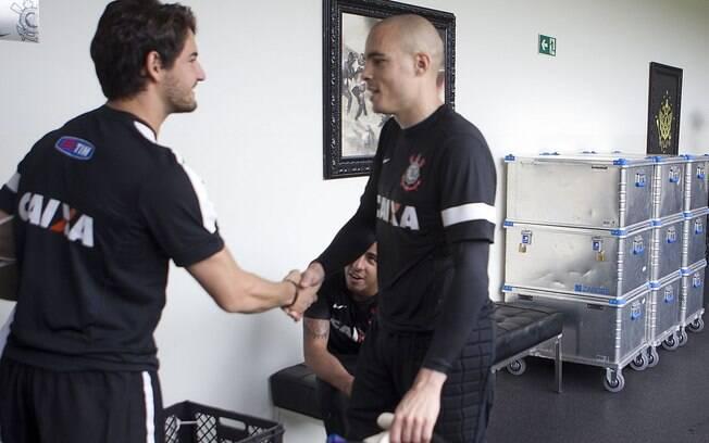 Pato cumprimenta o goleiro Julio Cesar no CT  do Corinthians