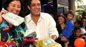 Zeca Pagodinho e Regina Casé distribuem doces