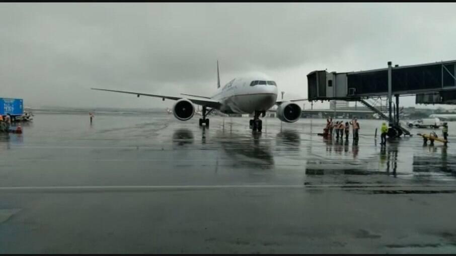 Avião com lote de vacinas da Janssen chega a SP