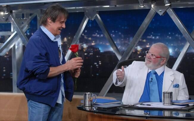 Roberto Carlos recebe uma flor do amigo Jô Soares