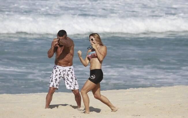 Joana Prado e o marido, Vitor Belfort, fazem treino nas areias do Rio