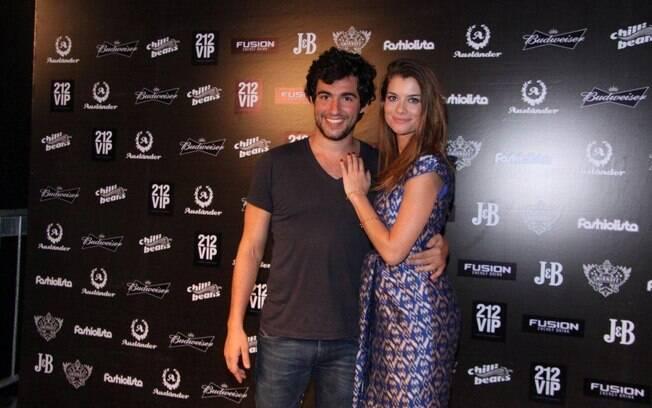 Alinne Moraes foi com Felipe Simão à balada