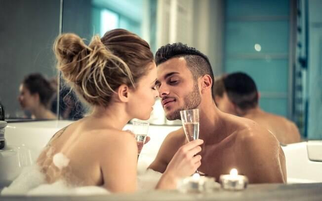 Homem preparou uma grande surpresa para a esposa que incluiu até a limpeza da banheira da casa