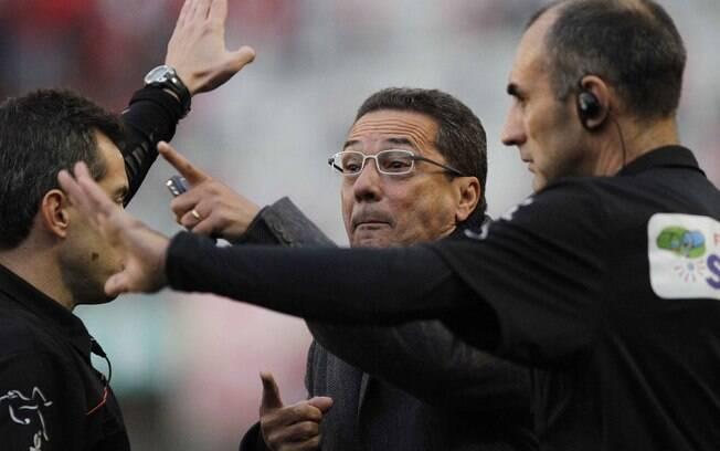 O técnico Vanderlei Luxemburgo reclama forte  com o quarto árbitro após ter sido expulso de  campo