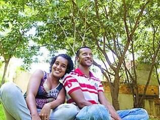 Casal frequenta parque em busca de sombra