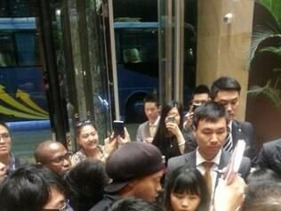 R10 é completamente cercado por fãs no aeroporto de Xangai, no desembarque do Galo
