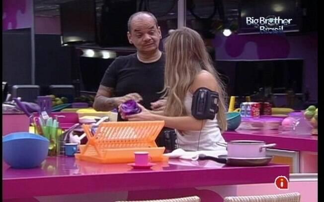 João pergunta se Renata está namorando Rafa