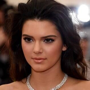 No caso dos lábios, menos é mais. Escolha um batom ou gloss clarinho, como o de Kendall Jenner