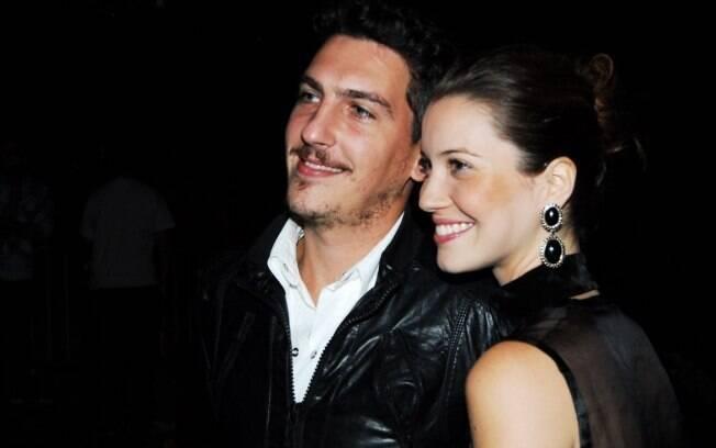 Nathalia Dill e o namorado, Caio Sóh, conferem pré-estreia do filme