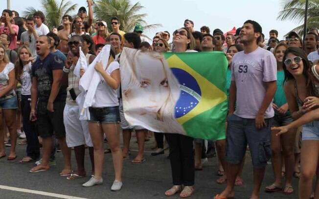 Uma multidão de tietes faz plantão na porta do hotel Fasano